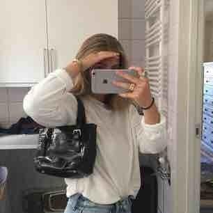 Jättefin svart väska i fiske ormskinn från syster p. Den ör vintag o infinit skick!