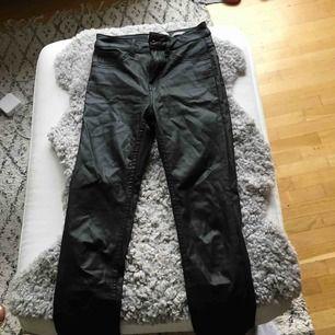 Coated jeans köpt på Nelly.com Bra skick  Köparen står för frakt