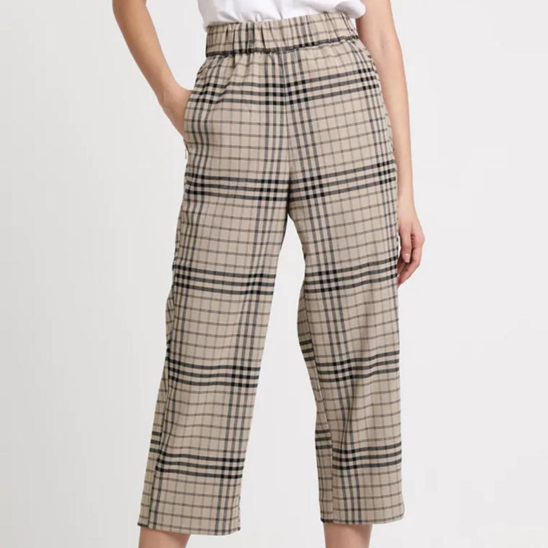 Beiga trousers från weekday, jättefina och nästan oanvända. Bekväma med resår i midjan🤘🏼 Köpta för ca ett halvår sedan. Ord pris 500kr. (frakt 59kr). Jeans & Byxor.