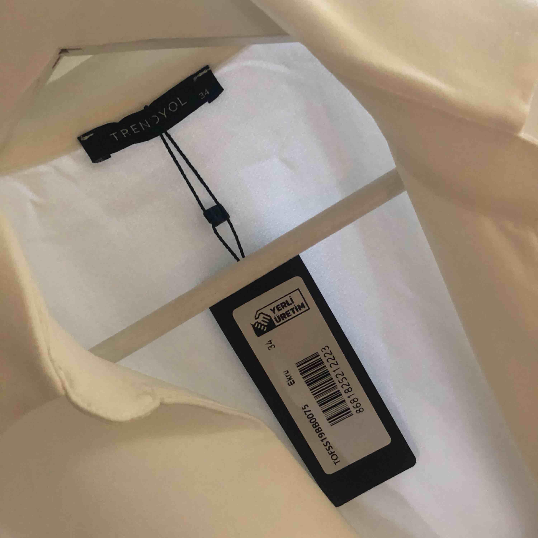Blazerdress från NAKD! Aldrig använd & prislapp finns kvar. Storlek 34, passar även en S. Inköpspris: 600kr, säljs för 300 INKL frakt. . Klänningar.