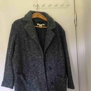 Skitsnygg kappa från H&M i strl.S. Den är definitivt oversized så du dom har strl.M kommer också kunna ha den! Endast Använd ett fåtal gånger, köpte den i vintras! Kan frakta eller mötas upp i örebro💞