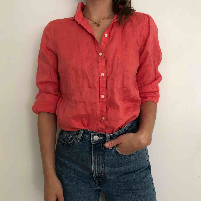 Hallonröd skjorta i Linne i storlek S! Väldigt fint kvalité. . Skjortor.