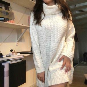 jättefin stickad, vit klänning från kappahl. knappt använd.
