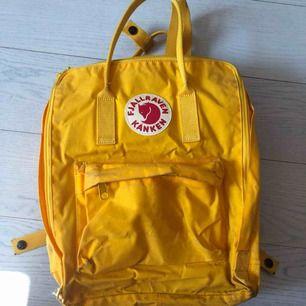 Säljer min gula kånken ryggsäck, självklart äkta! Hyfsat bra skick, lite skitig nedtill🦋köparen står för frakten🦄