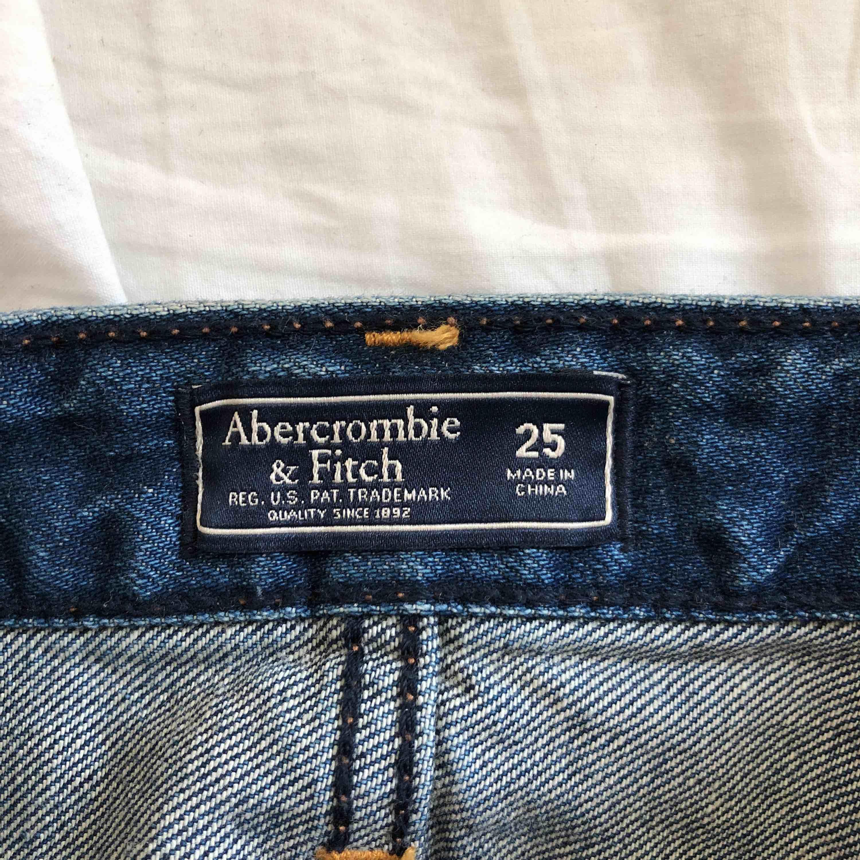 Supersnygg jeanskjol från Abercrombie & Fitch, fina blom-detaljer på sidorna. Frakt: 60kr . Kjolar.