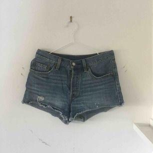 Mörkblåa jeansshorts från Levis. Köpare står för frakt!