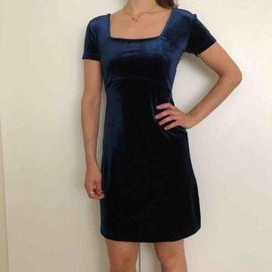 Blå sammetsklänning från Hennes (gamla H&M). Strl 34, men lite stretchig så passar även strl 36. 📬 Frakt 54 kr