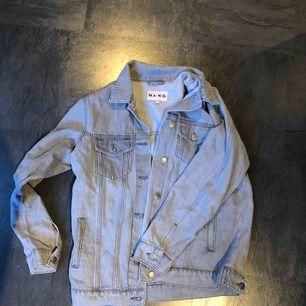 En snygg grå jeansjacka från NA-KD, storlek 36.  Jackan+frakt 200kr. 🥰✨