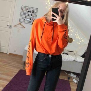 Orange hoodie från H&M. (Org pris 250kr) Kan mötas i Stockholm eller står köparen för frakt (40kr) 💕