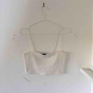 Jättefint vitt kort linne från Gina Tricot med spagettiband. Köpare står för frakt!