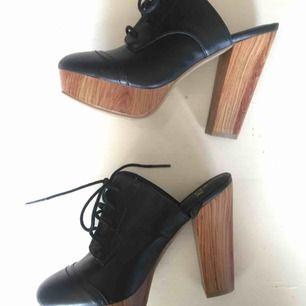 Superfina helt oanvända skor i märket vox. Köpte på rea trots för liten storlek för jag tyckte dom va så fina🤩Har därför inte använt dom och bara haft dom som prydnad😅😍 Pris kan sänkas vid snabb affär, köpare betalar frakten, hör av er vid frågor😊