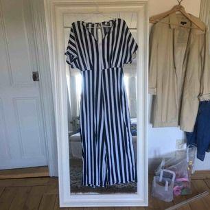 Blå/vit randig jumpsuit från Bershka med v-ringning. Köpare står för frakt.