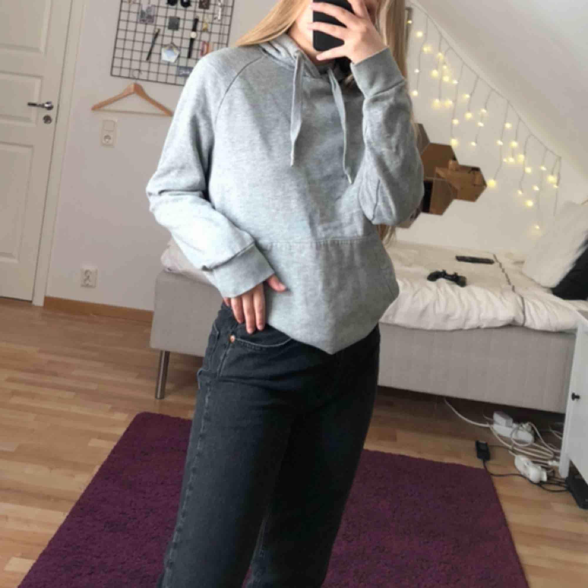 Basic grå hoodie. Fick den så vet ej märket ( gissar H&M ) kan mötas i Stockholm eller står köparen för frakt (40kr) 💕. Huvtröjor & Träningströjor.