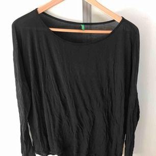 Mörkblå tunn tröja