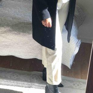 Säljer nu min vinterkappa som går ner till knävecken ungefär! I grymt bra skick och knappt använd den har avtagbar fuskpäls vid nacken också! Så vill du ha en enkel svart,lång kappa är denna perfekt! Kan frakta eller mötas i örebro💞
