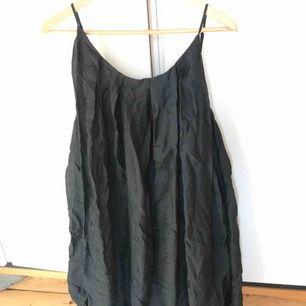 Klänning från Malene Birger med knytband i midjan