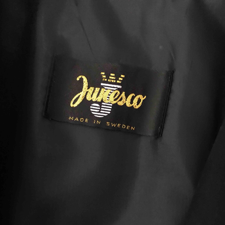 Säljer en skitfin och stilren trenchcoat i svart med gulddetaljer. i nyskick! Kan frakta eller mötas upp i örebro💞. Jackor.