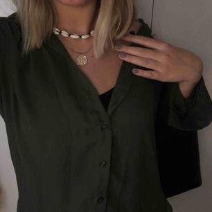 Snygg grön blus som passar perfekt att ha till en bralette eller linne! Superfint skick! Kan posta eller så får du hämta upp hemma hos mig