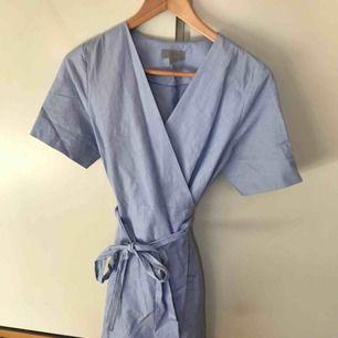 Omlottklänning i ljusblått från COS