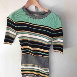 Finstickad t-shirt, figurstickad