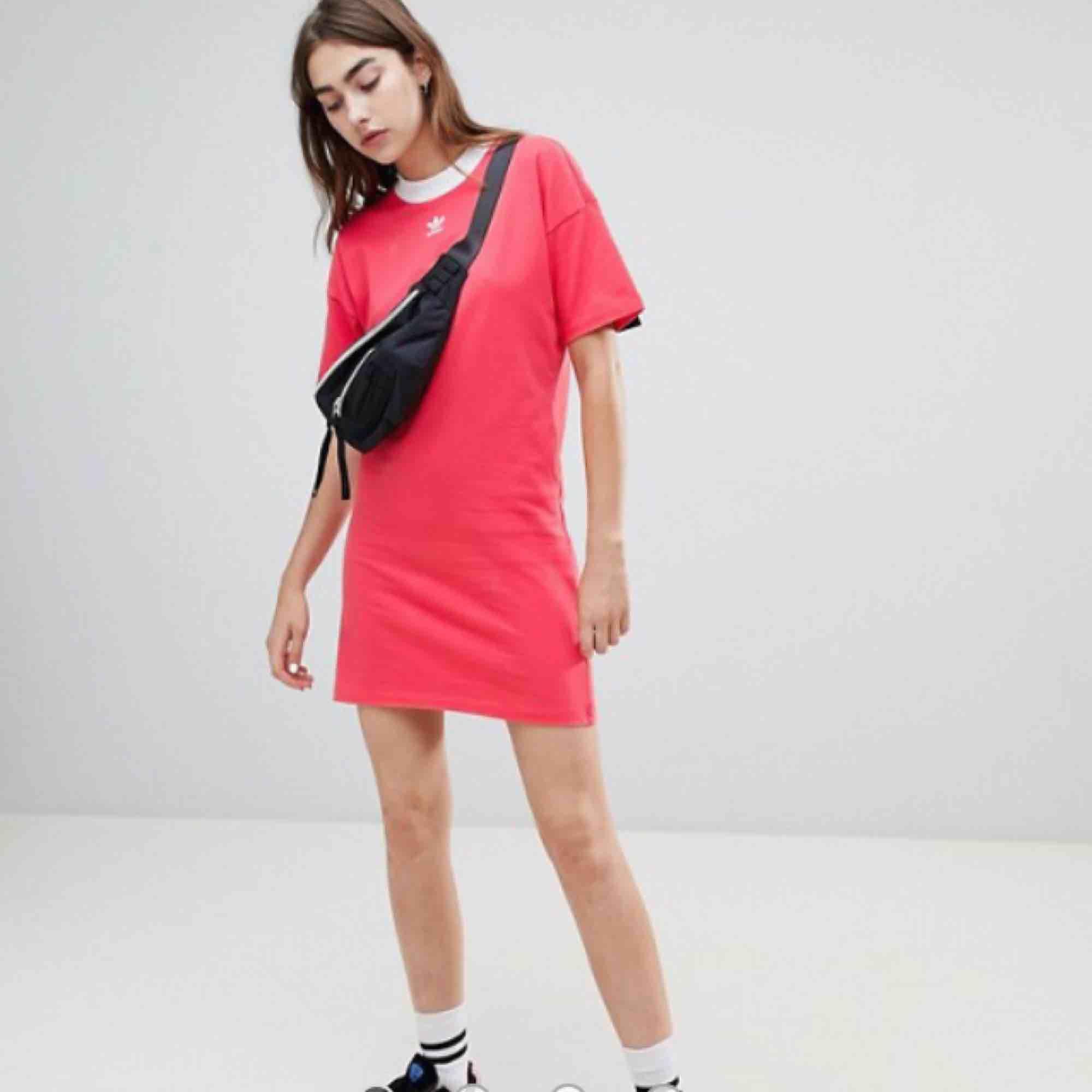 T-shirtklänning från Adidas. Äkta, köpt för ca 450kr. Säljer för att den inte passar in m min stil längre. Knappt använd. Pris kan diskuteras vid snabb affär.. Klänningar.
