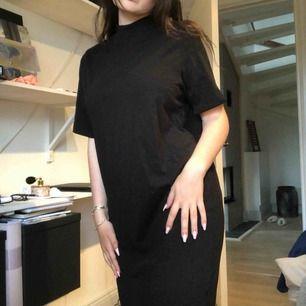 svart klänning med liten turtleneck från cheap monday. endast använd en gång🌸