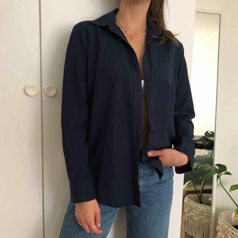 Vintageskjorta i navyfärg! Köpt på secondhand.. Skjortor.