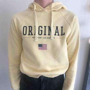 Gul hoodie från gina. Använd få gånger. Kan mötas upp i Stockholm eller frakta (köparen betalar).