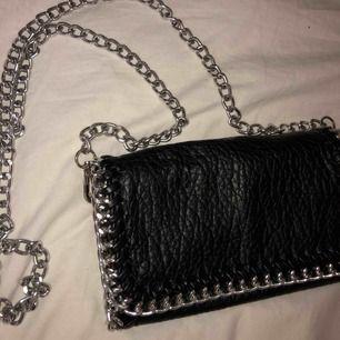 Snygg väska med silvrig kedja Kan posta eller så hämtas den upp hemma hos mig