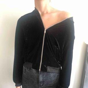 Svart zip-tröja i sammet. Använd få gånger. Kan mötas upp i Stockholm eller frakta (köparen betalar).