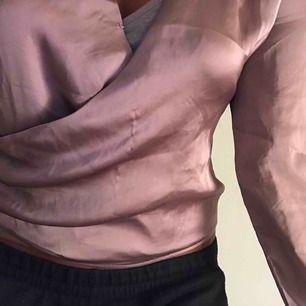 Supersnygg festtopp från Nelly i lila(se sista bilden) i silkesmaterial. Kan frakta eller mötas upp i örebro💞