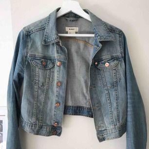 Snygg jeansjacka i storlek 36  Passar perfekt nu till i höst  Kan mötas upp i stockholm