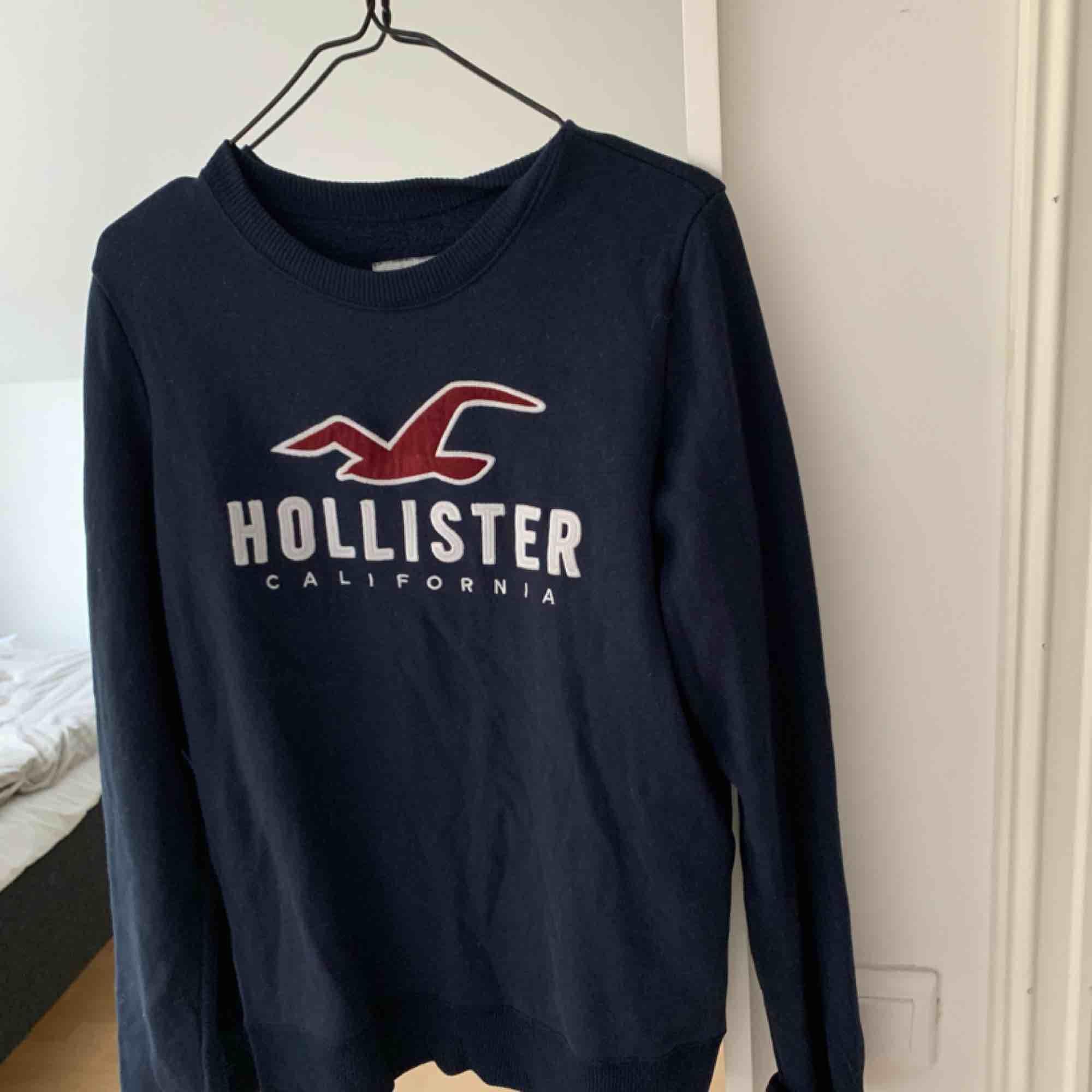 Superskön tröja från Hollister i storlek S. Passar M också och även XS om man vill ha den lite oversized! . Tröjor & Koftor.