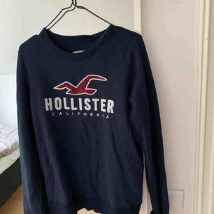 Superskön tröja från Hollister i storlek S. Passar M också och även XS om man vill ha den lite oversized!