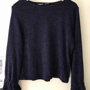 Snygg mörkblå stickad tröja med utsvängda armar Nästan aldrig använd  Passar perfekt till i höst Kan mötas upp i stockholm