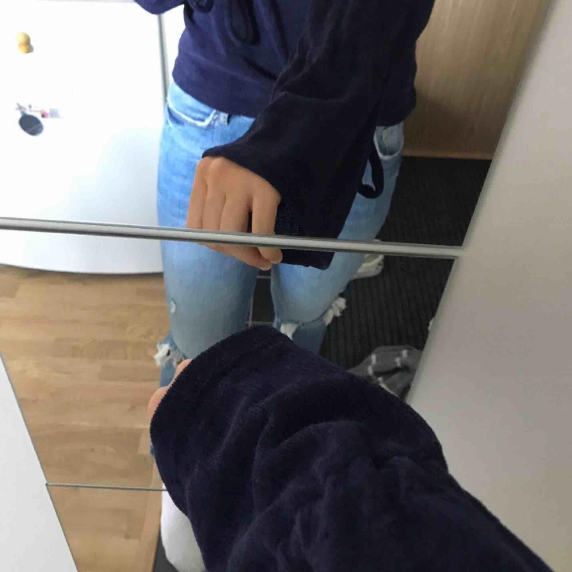 Snygg mörkblå stickad tröja med utsvängda armar Nästan aldrig använd  Passar perfekt till i höst Kan mötas upp i stockholm . Tröjor & Koftor.