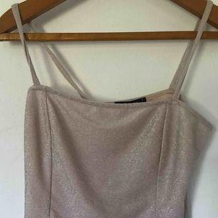 Säljer nu mitt glittriga linne från GinaTricot. Det är i XL men tog de enbart för jag inte ville att den skulle sitta klistrat mot kroppen. Den sitter superbra på mig som har S. Kan frakta eller mötas i örebro💞