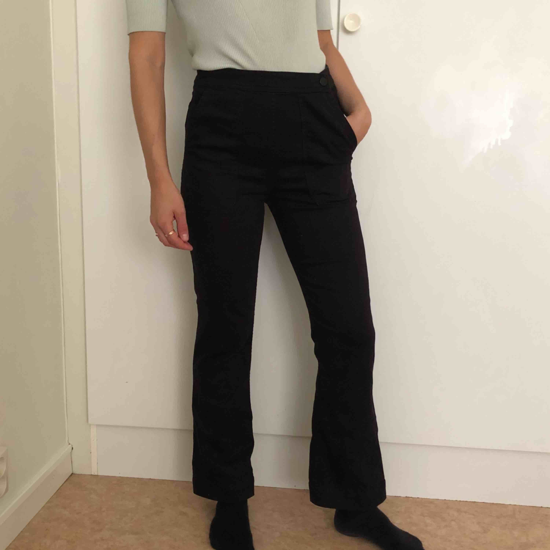 Kortare flare jeans (jag är 166 cm) med hög midja! . Jeans & Byxor.