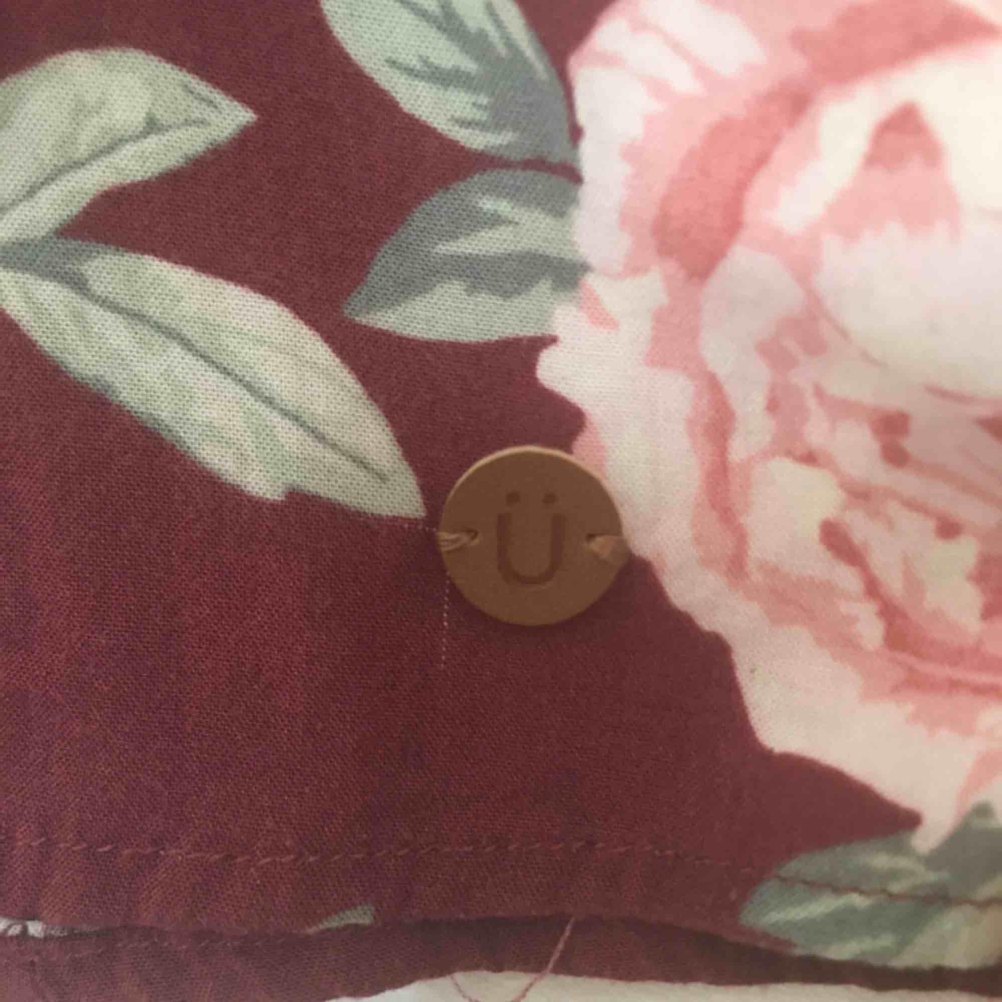 Söt blus från kappahl med fint blommönster, storlek 152/XS, väldigt fint skick, frakt tillkommer💕. Blusar.