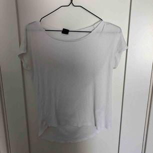 Ribbad T-shirt från Gina, väl använd
