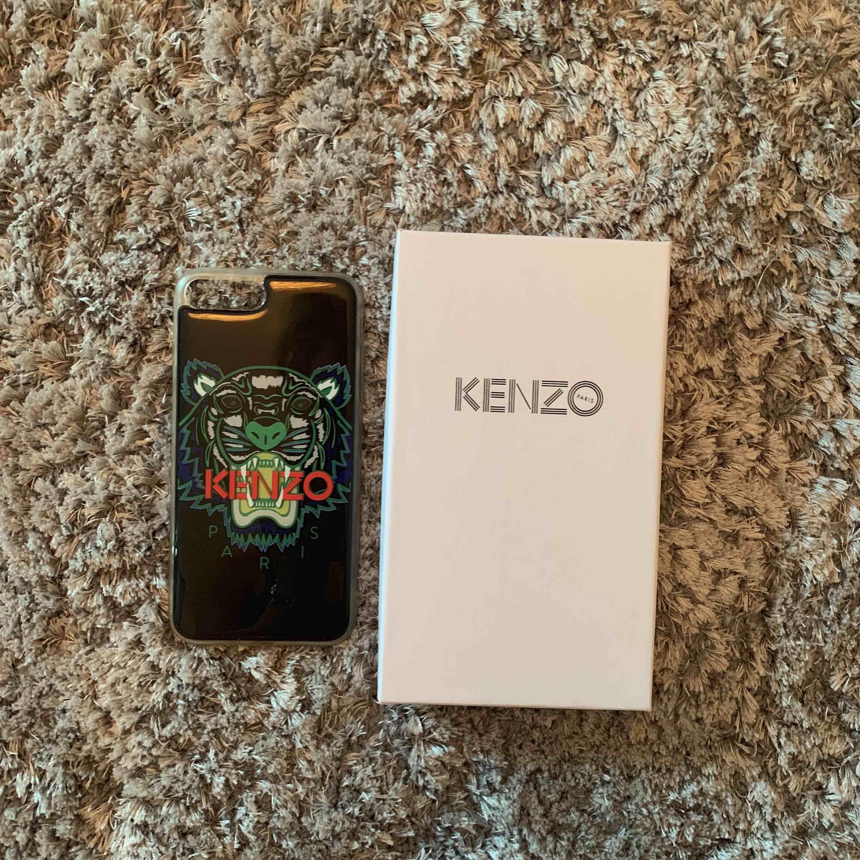 Kenzo skal för iPhone 6/7/8 plus. Köpt på NK, inga slitningar.. Övrigt.