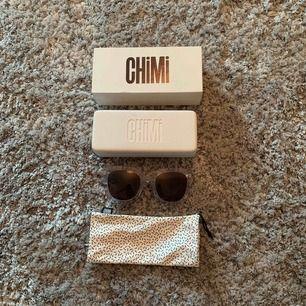 Chimi solglasögon i modellen #008 och färgen litchi. Allt på bilden medföljer.