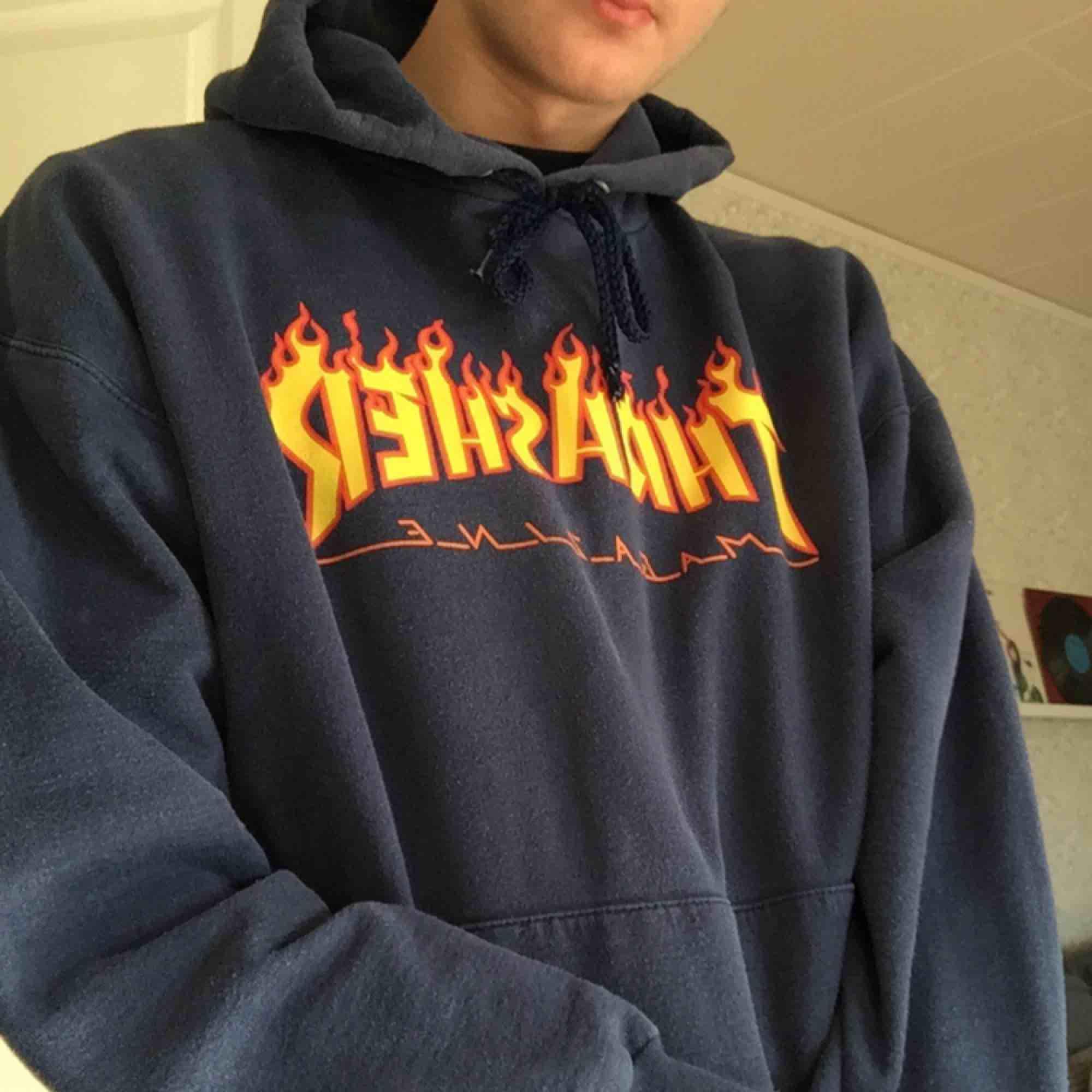 Urtvättad och vintage looking Thrasher hoodie i marinblå. Köpare står för frakt!. Tröjor & Koftor.