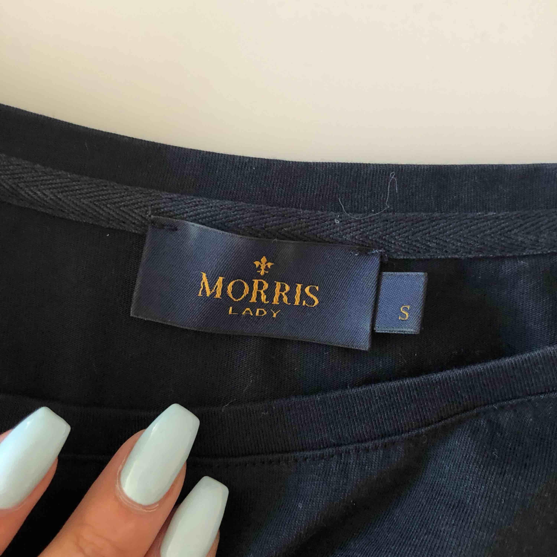 Morris t-shirt i mörkblå. Säljer pga kommer inte till användning längre. Köpt för 599kr.. T-shirts.