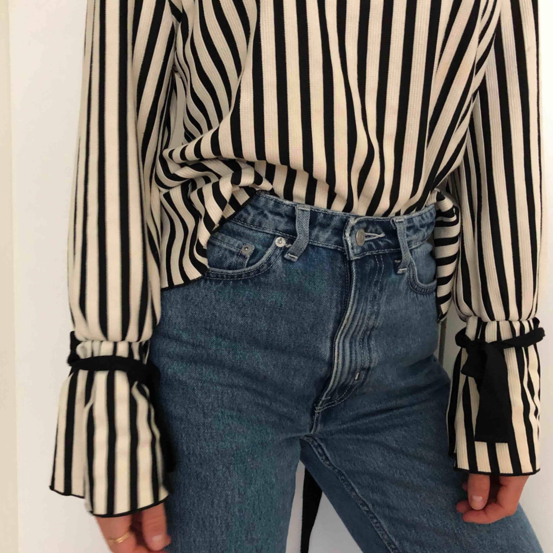 Populär slutsåld tröja från Zara! Alltid fått så mycket komplimanger när jag haft den men nu är det dags att hitta en ny ägare ❤️❤️ . Tröjor & Koftor.
