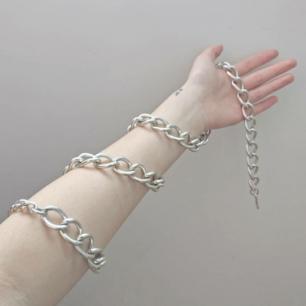 Handgjord kedja i mycket bra skick! 🦇 Kan stylas på många olika sätt, jag har burit den som halsband!! Frakt betalas av köparen 💌