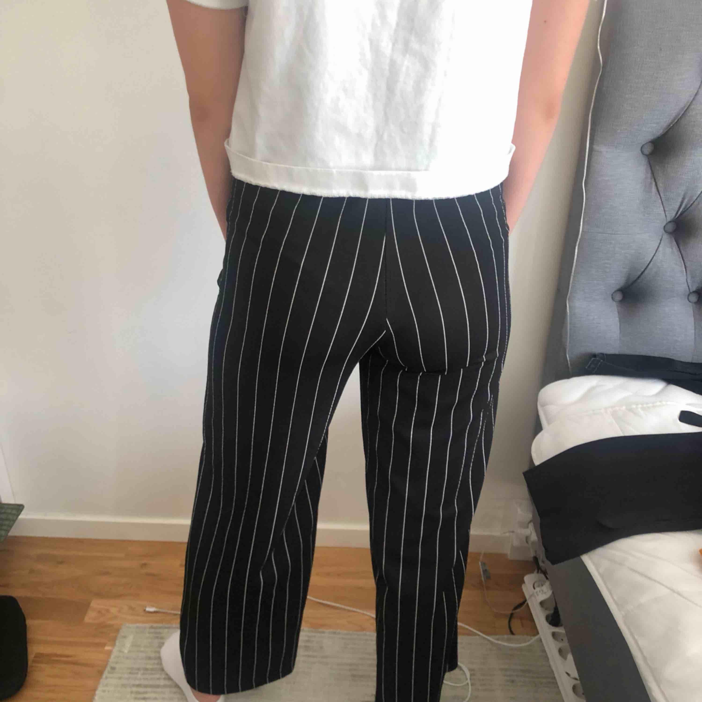Randiga byxor från Gina. Nyskick!! Kan mötas i Stockholm eller frakta (köparen betalar).. Jeans & Byxor.