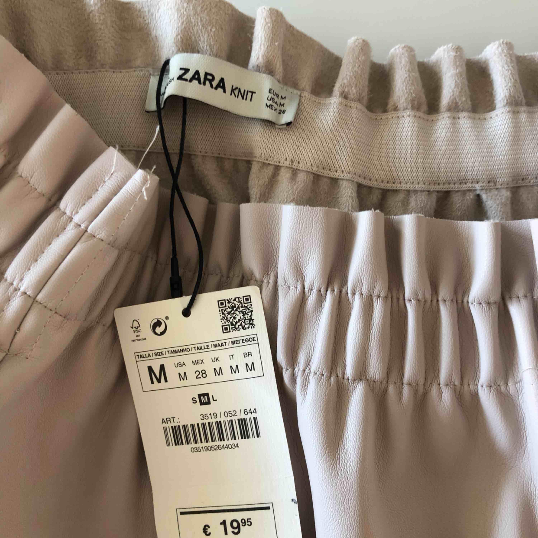 Helt oanvänd skinnkjol från Zara (prislapp kvar!). . Kjolar.