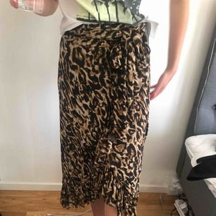 Wrap midi leo kjol från NA-KD. Använd en gång! Kan mötas upp i Stockholm eller frakta (köparen betalar)