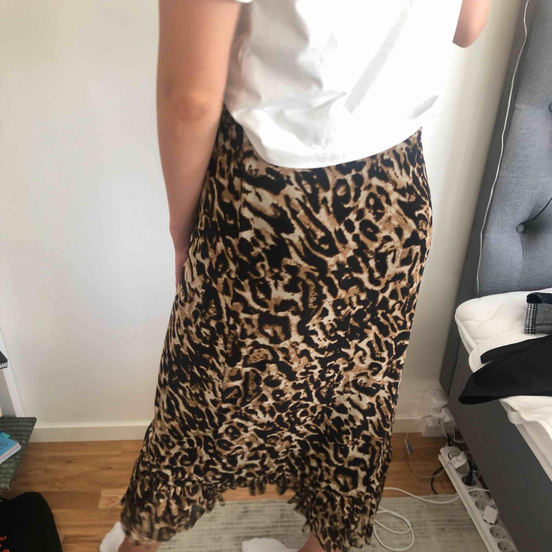 Wrap midi leo kjol från NA-KD. Använd en gång! Kan mötas upp i Stockholm eller frakta (köparen betalar). Kjolar.